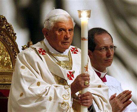 Papež Benedikt XVI. při velikonoční vigilii ve vatikánské bazilice Svatého Petra (11. dubna 2009)