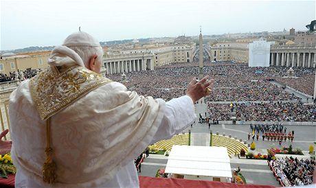 Papež Benedikt XVI. žehná zaplněnému náměstí Svatého Petra ve Vatikánu při projevu Urbi et Orbi (12. dubna 2009)