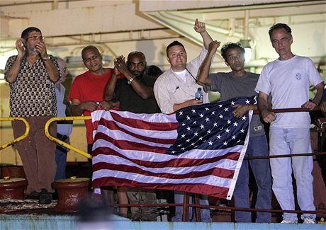 Posádka lodi Maersk Alabama slaví v Mombase úspěšnou záchranu uneseného kapitána Richarda Phillipse (12. dubna 2009)