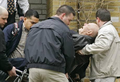 Ameri�t� feder�ln� agenti odvezli b�val�ho nacistu Johna Demjanjuka (14. dubna 2009)