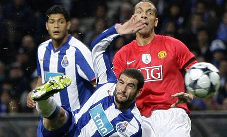FC Porto - Manchester United: Lisandro Lopez (vlevo) a Rio Ferdinand