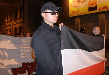 Ústím nad Labem šli neonacisté. V rukou nesli například i vlajku nacistické Třetí říše.
