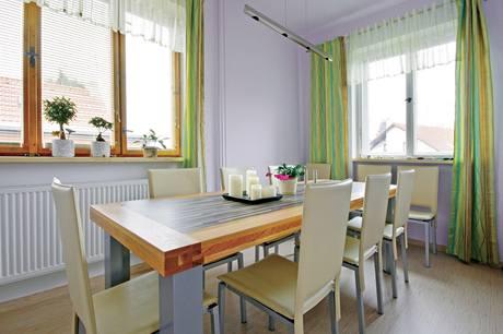 Velký stůl rodina potřebuje, návštěv mají rodiče i děti stále dost