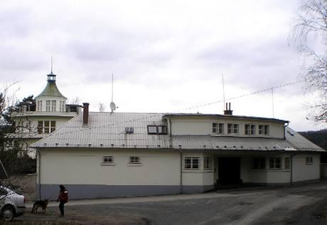 Hlavní vchod do Janečkovy vily chrání budova bývalé strážnice