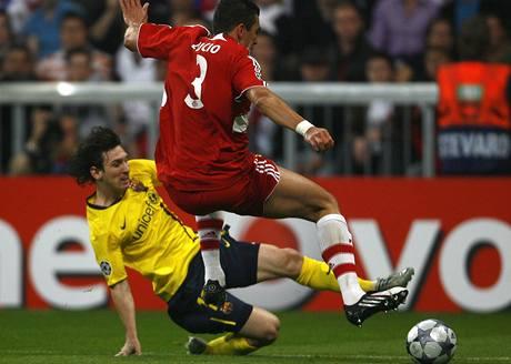 Bayern - Barcelona:  Lucio (vpravo) z Bayernu přeskakuje bránícího Lionela Messiho z Barcelony.