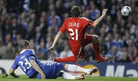 Chelsea - Liverpool: Alex z Chelsea (vlevo) fauluje pronikajícího liverpoolského Lucase.