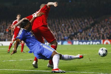 Chelsea - Liverpool: domácí Didier Drogba (vlevo) atakuje liverpoolského Martina Škrtela.