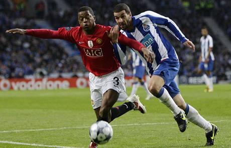 Porto - Manchester United: Patrice Evra (vlevo) z Manchesteru v souboji s Lisandrem Lopezem.
