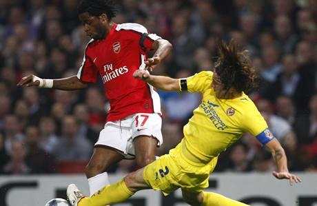 Arsenal - Villarreal: hostující  Gonzalo Rodriguez (vpravo) se snaží zastavit průnik Alexandra Songa z Arsenalu.