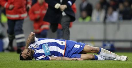 Porto - Manchester United:  zraněný domácí  Lucho Gonzalez.