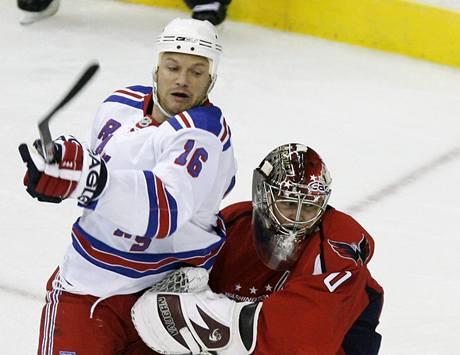Washington - NY Rangers: hostující Sean Avery atakuje brankáře Semjona Varlamova