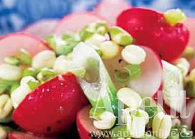 �edkvi�kový salát s mladou cibulí