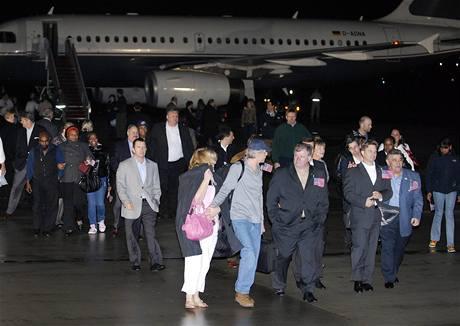 Posádka lodi Maersk Alabama dnes přistála na letecké základně v americkém Marylandu (16. dubna 2009)