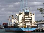 Dánská obchodní loď Maersk Alabama s humanitární pomocí pro Somálsko po příjezd do keňského přístavu Mombasa (12. dubna 2009)