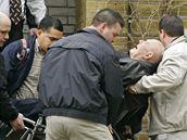 Američtí federální agenti odvezli bývalého nacistu Johna Demjanjuka (14. dubna 2009)