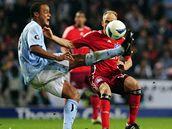 Manchester City - Hamburk: domácí Vincent Kompany (vlevo) v souboji s Davidem Jarolímem.