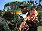 Srílanský voják pomáhá civilistům do bezpečí