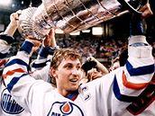 Wayne Gretzky se Stanley Cupem