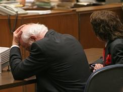 Phil Spector a jeho obhájce při čtení rozsudku. Producent je vinen z vraždy druhého stupně herečky Lany Clarksonové.