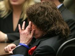 Phil Spector při čtení rozsudku. Producent je vinen z vraždy druhého stupně herečky Lany Clarksonové.