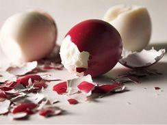Loupání vařených vajec nepatří právě k nejoblíbenějším činnostem.