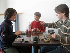 Magic si oblíbili i dětští herci, kteří se občas schází na partičku. Zleva Martin Janda (Jedna ruka netleská), Matyáš Valenta (Ulice, aj.) a Oliver Cox (Ordinace v růžové zahradě I.)