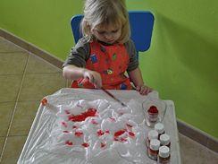 Štětcem nanášejte vybraný odstín barvy na hedvábí jednoduchým pohybem, v podstatě jako kapky, které nechte rozpít, neroztírejte je...