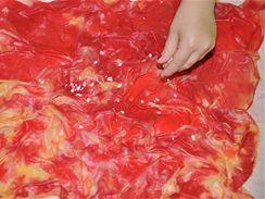 Až nanesete na celou plochu šátku dvě až tři barvy, posypte ještě mokrý šátek buď obyčejnou nebo hrubou efektní solí...