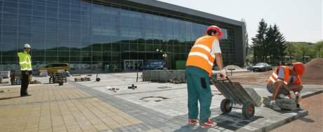 Dělníci dokončují práci na novém pavilonu