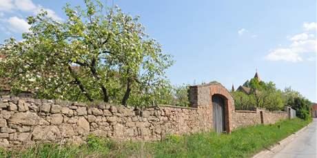 Kamenná zeď nedaleko kostela v Drásově