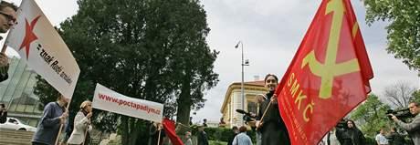 Ke kontroverznímu památníku rudoarmějců v brněnském Králově Poli dorazili odpůrci i příznivci
