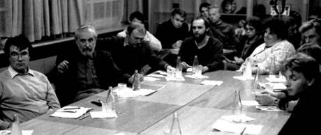 Jednání na Krajské správě SNB po listopadu 1989 - na snímku Machourek, Vidlářová, Dymáček, Voráč a další