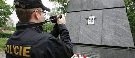 Srp a kladivo na pomníku rudoarmějců v brněnském Králově Poli kdosi přelepil portrétem Milady Horákové
