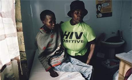 Z 48 milionů obyvatel JAR jich je virem ve všech věkových skupinách nakaženo až na 5,5 milionu.