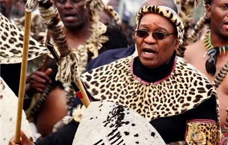 Zuma na veřejnosti rád vystupuje v tradičním zulském oděvu z leopardí kůže.