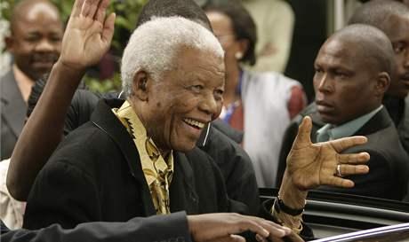 Nelson Mandela poté, co odvolil ve městě Houghton v Jihoafrické republice (22. dubna 2009)