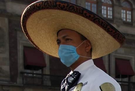 Policista v Mexiku, kde si přes osm desítek lidských životů vyžádal nový virus prasečí chřipky