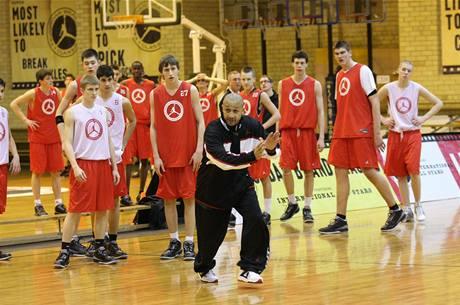 Talentovaný basketbalista Martin Kříž (s číslem 27) na Jordan Brand Classic Campu 2009.