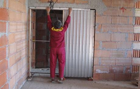 Pouzdro srovnejte a vyvažte jak svisle, tak vodorovně a srovnejte do zákrytu se stěnou