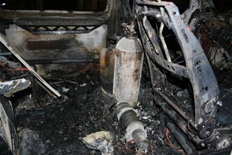 Dodávka, kterou neúspěšní zloději zapálili v Moravské Třebové (23. dubna 2009)