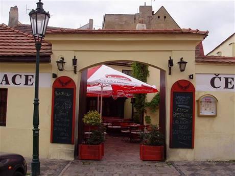 Restaurace Černý orel v ulici U Lužického semináře v Praze