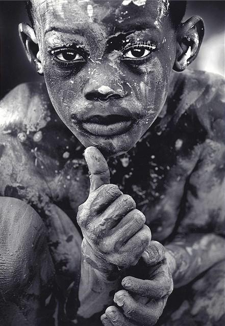 Malý Haiťan se choulí v bahně - fotografie oceněná Pulitzerovou cenou za rok 2008