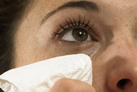 Pláč a slzy: jedna z metod, jak se vás ženy snaží dostat tam, kde vás chtějí mít