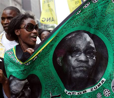 Stovky příznivců jihoafrického politika Jacoba Zumy oslavily v ulicích Durbanu jeho zproštění obvinění mimo jiné z korupce. (6. dubna 2009)