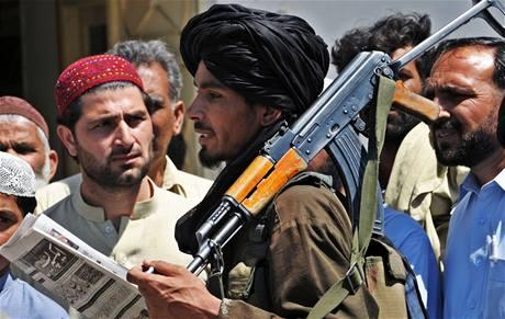 Ozbrojenec z Talibanu s obyvateli pákistánské oblasti Buner (23. dubna 2009)
