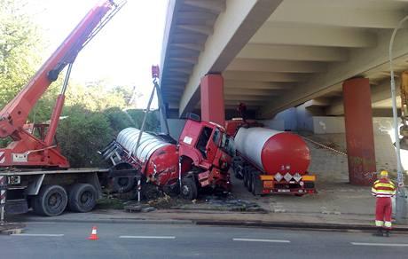 Nehoda kamionu v pražských Záběhlicích