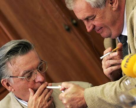 Miloš Zeman připaluje cigaretu svému jmenovci Eduardu Zemanovi (23. dubna 2009)