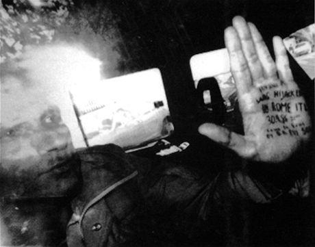Dlaň Vanunua, na níž napsal novinářům, kde a jak byl unesen