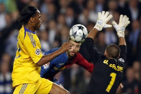 Barcelona - Chelsea: Drogba p�ed Valdesem