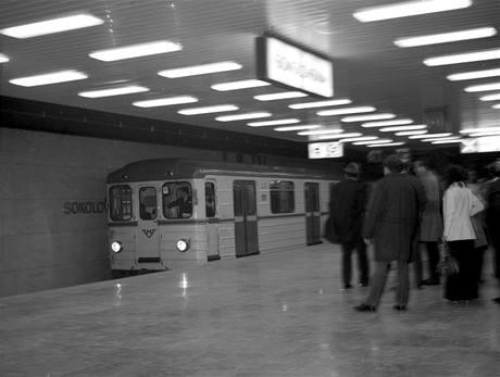 Členové kolegia generálního ředitele Dopravních podniků sledují ve stanici Sokolovská příjezd zkušebního vlaku
